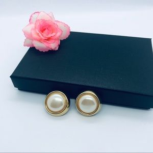 Jewelry - 3/$10 Beautiful vintage gold and pearl earrings